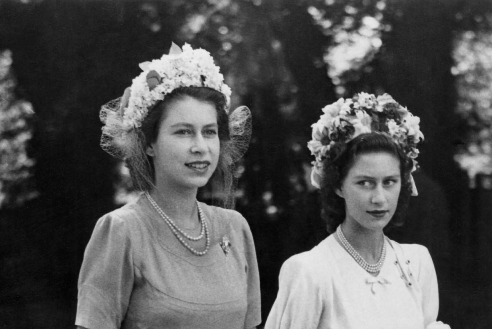SATTE EN STOPPER FOR KJÆRLIGHETEN: Til tross for at dronning Elizabeth ønsket å gjøre alt for at lillesøsteren prinsesse Margaret skulle få oppleve lykke lot hun seg påvirke av datidens normer som ikke tillot at en prinsesse giftet seg med en skilt mann. Dette bildet er tatt av søstrene i 1947 - samme år som Elizabeth giftet seg med Philip Mountbatten. Foto: NTB Scanpix