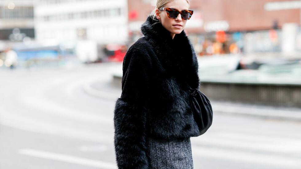 BUDSJETTVENNLIGE PLAGG: Å se kul og elegant ut trenger ikke koste tusenvis av kroner. Denne fuskepelsen på blogger Tine Andrea er fra H&M i fjor og kostet under 1000-lappen. Foto: Abaca