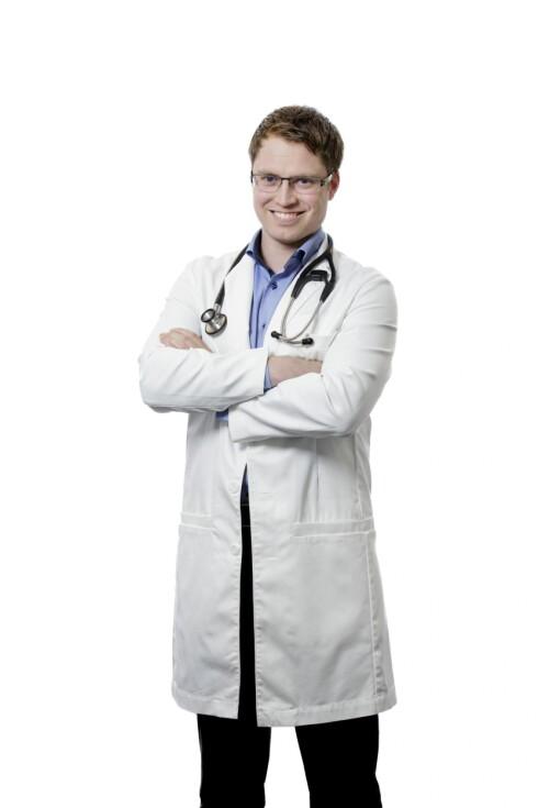 SOV NOK: – Du kan selv forebygge sykdom ved å få nok søvn, redusere stress og spise mat som er bra for kroppen, sier lege Joakim Iversen.