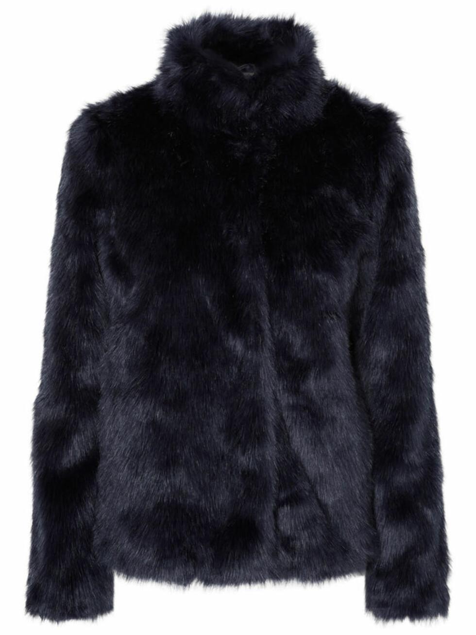 Fuskepels fra Vero Moda | kr 700 | http://www.veromoda.com/no/no/vm/handla-efter-kategori/jakker/kaper/kort-faux-fur-jakke-10156725.html?cgid=vm-coats&dwvar_colorPattern=10156725_NavyBlazer