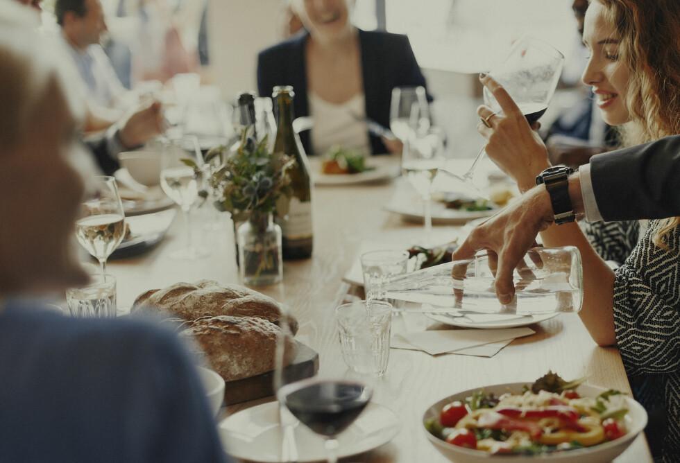 KAN VÆRE ALVORLIG: Personer med misofoni kan ofte unngå sosiale aktiviteter eller andre situasjoner der triggerlyder kan oppstå. Dette kan bli et alvorlig problem.  Foto: Shutterstock / Rawpixel.com