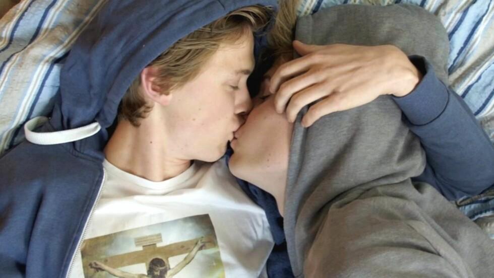 «SKAM»: Flere roser «Skam» for å være med på å alminneliggjøre homofili, og for å vise fram kjærlighetshistorien mellom Isak og Even som universell og allmenngyldig. Det kan være med på å fjerne fordommer. Foto: Skjermdump: NRK