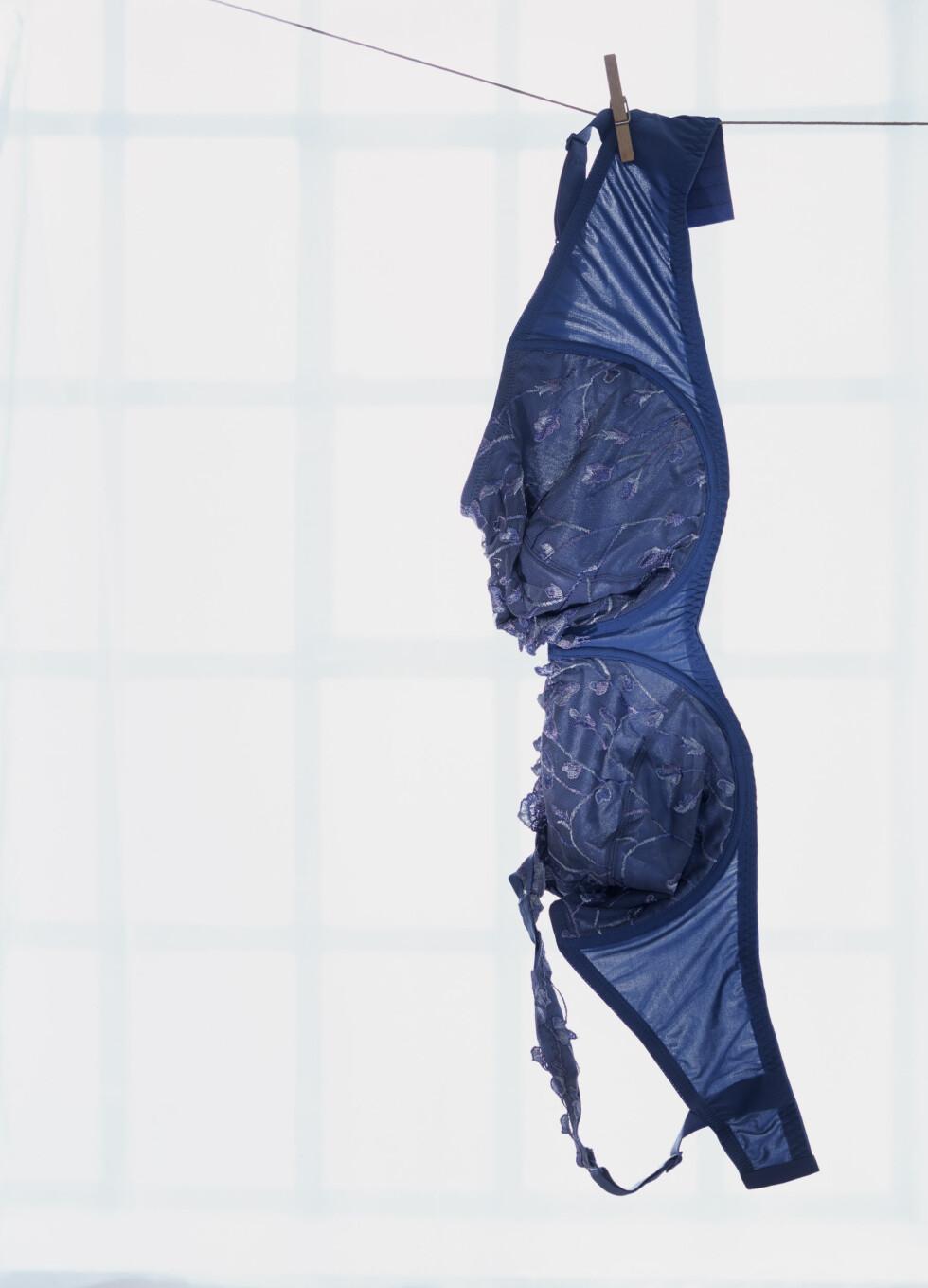 LUFT BH-EN: Heng gjerne opp bh-en etter bruk over natten slik at den får luftet seg før du tar den på igjen. Foto: Plainpicture