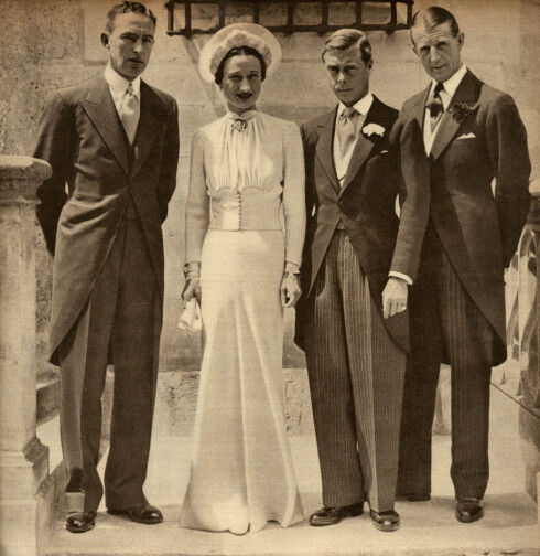 ABDISERTE: Dronning Elizabeths onkel var kong Edward VII i knappe 11 måneder før han abdiserte fra tronen i desember 1936 - til fordel for kjærligheten. 3. juni 1937 giftet han seg med den amerikanske sosietetskvinnen Wallis Simpson i Frankrike. Til venstre: Mr. H Rogers, toastmaster, Wallis, Edward og hans forlover Major E-D- Metcalfe. Foto: NTB Scanpix