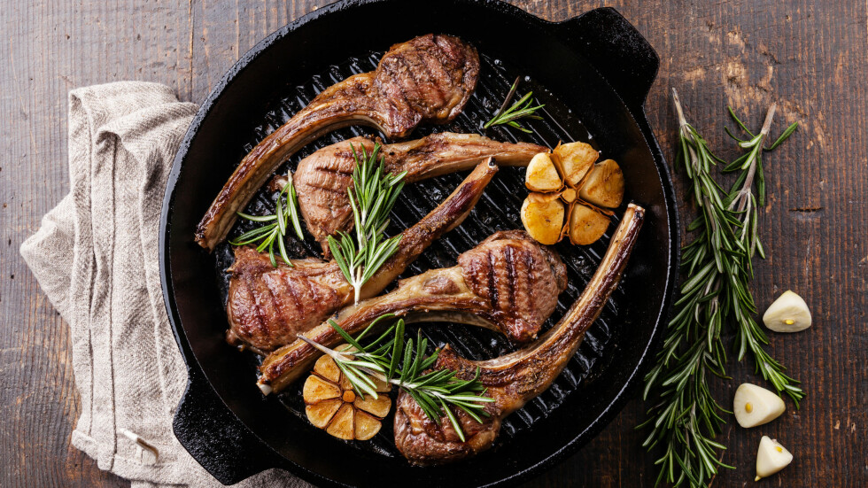 LAMMEKJØTT: Nå er lammekjøttet på sitt beste. Hva med å lage noe sktra godt med lam i helgen?  Foto: Shutterstock / Lisovskaya Natalia