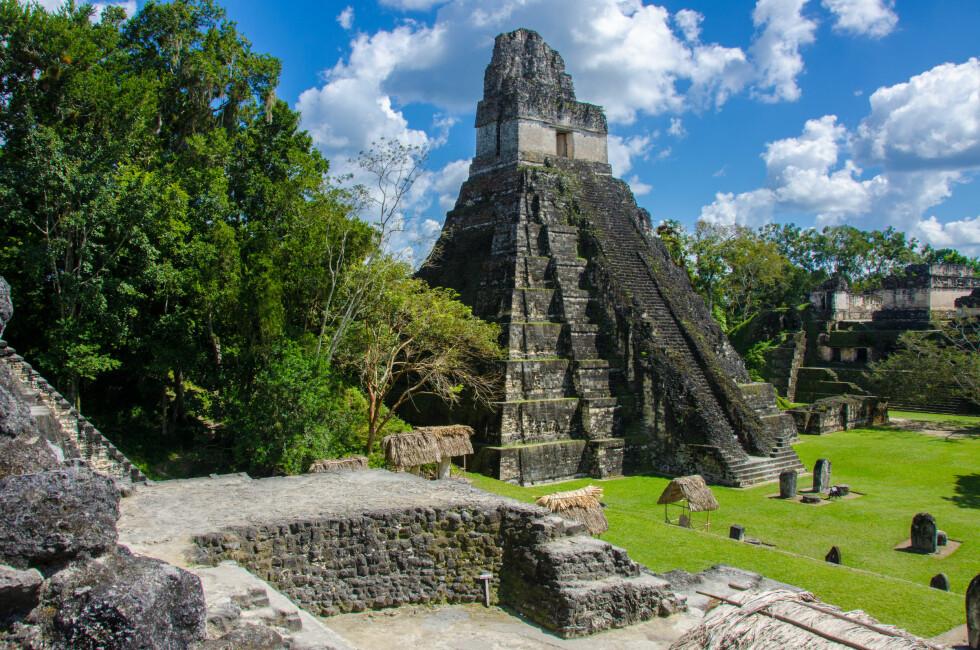 TIKAL NATIONAL PARK: Disse ruinene i Guatemala har fått kjenne på både vær og ulovlig hærverk. Foto: Shutterstock / Simon Dannhauer