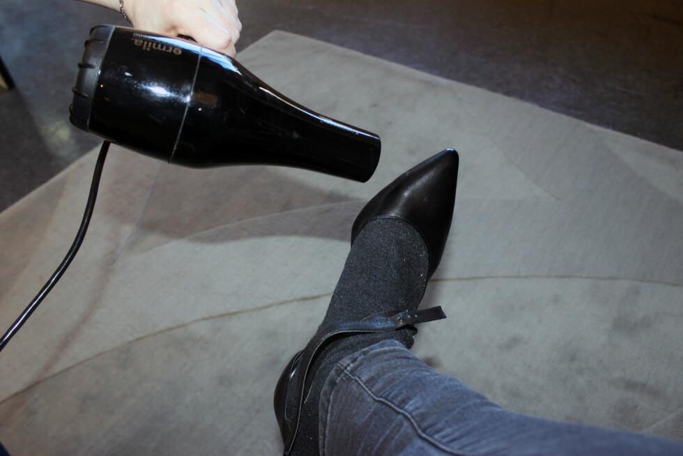 FØNERTRIKSET FUNKER BEST PÅ SKO I SKINN: Vi vet alle hvor trange spissen på et par nye pumps kan være, men føner du der det trykker mest med sokk på foten, kan det hende de blir litt romsligere. Husk skopuss etterpå, for å motvirke at skinnet tørker ut! Foto: Cecilie Leganger