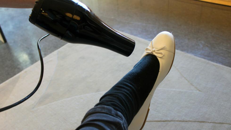 FØN BORT VONDTEN I NYE SKO: Synes du ofte splitter nye sko kan være litt trange og vonde i begynnelsen? Da bør du sjekke ut hårfønertrikset - og ikke glem de tjukke grove sokkene. Foto: Cecilie Leganger