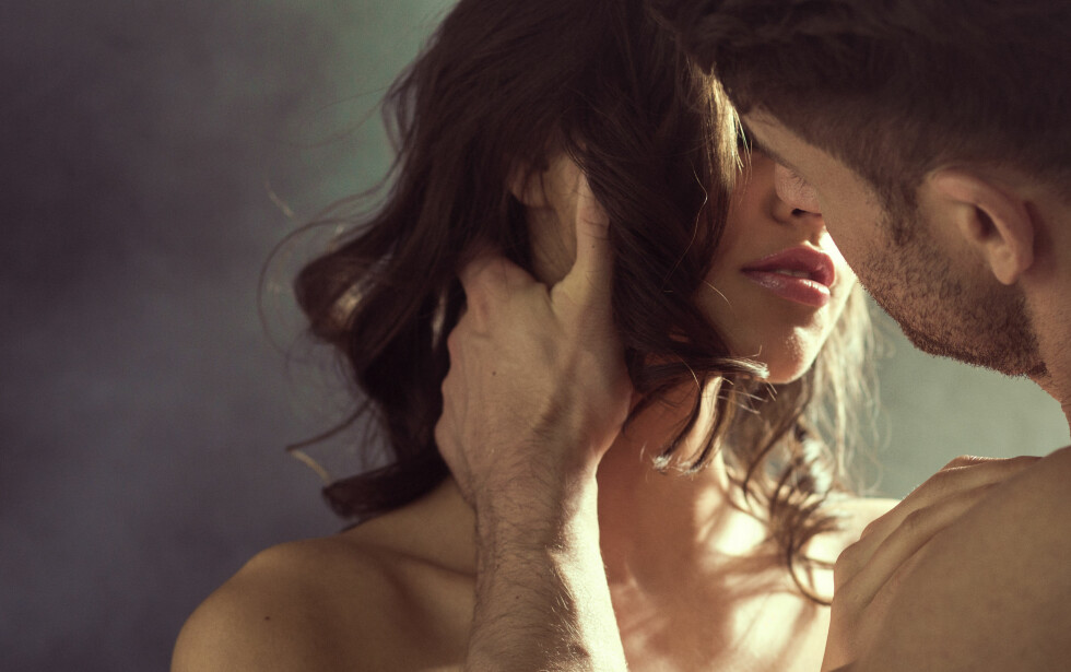 KVELNING UNDER SEX: Ekspertene forteller at kvelning under sex kommer av flere ting, én av dem er at det kan gi en sterkere orgasme. Er dette noe du vil prøve er det imidlertid viktig at du snakker med partneren din først.  Foto: Shutterstock / conrado