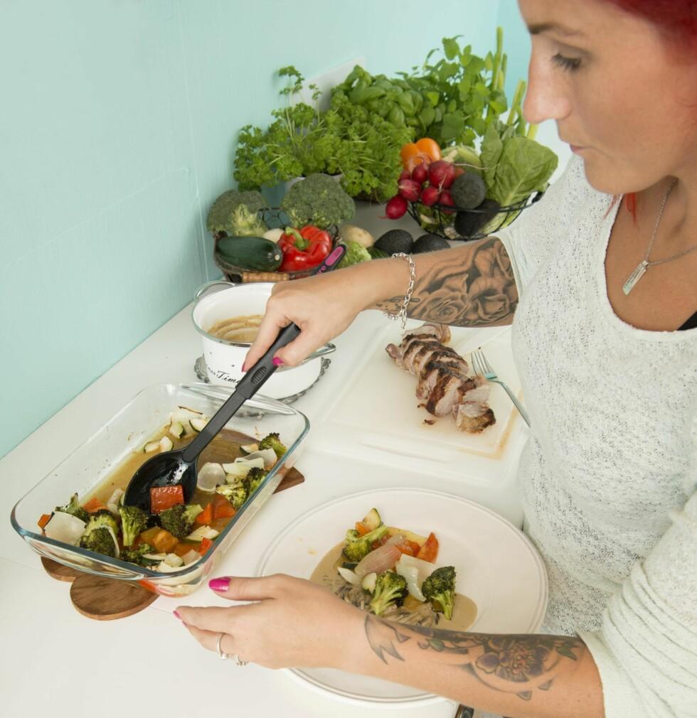 GLAD I Å LAGE MAT: Nå lager Jeanette all mat fra bunnen av – aldri med  halvfabrikata.  Foto: Eva Kylland