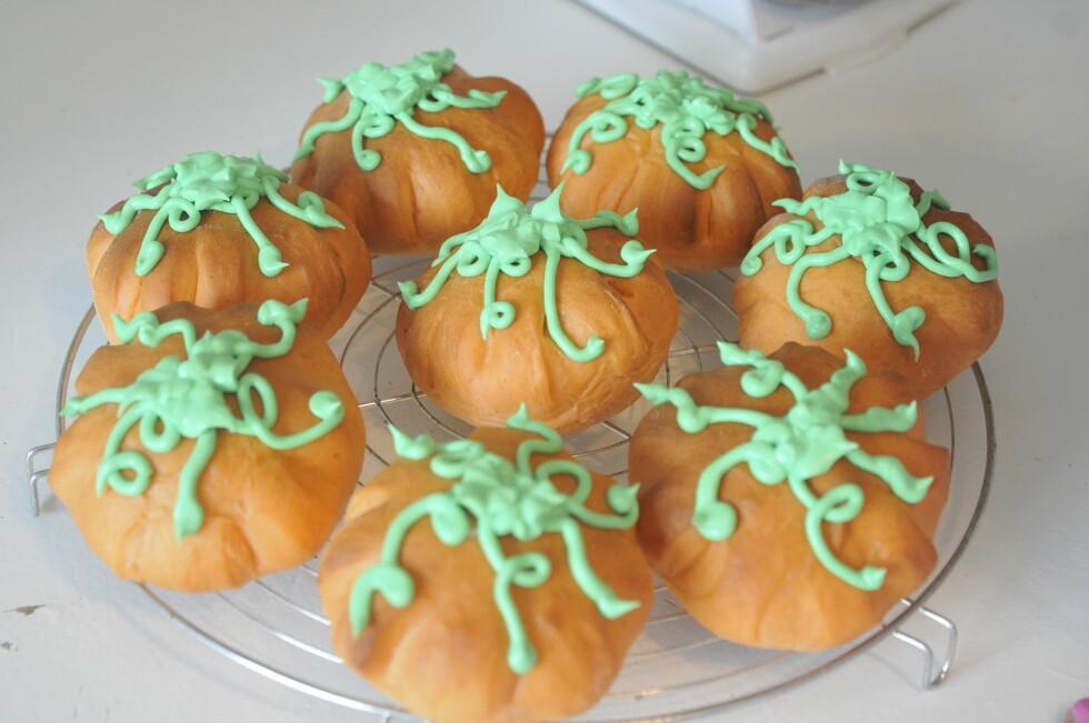 SKREMMENDE GOD BAKST: Anne Brith Davidsens gresskarboller med grønn glasur - nam!  Foto: Anne Brith Davidsen