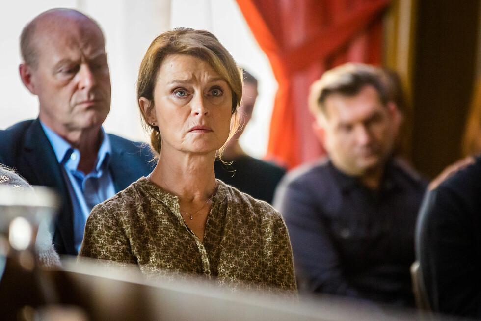 LETER ETTER SVAR: Den svenske skuespilleren Lena Endre (61) spiller moren til drapsofferet.  Foto:  FOTO: Carl Christian Raabe
