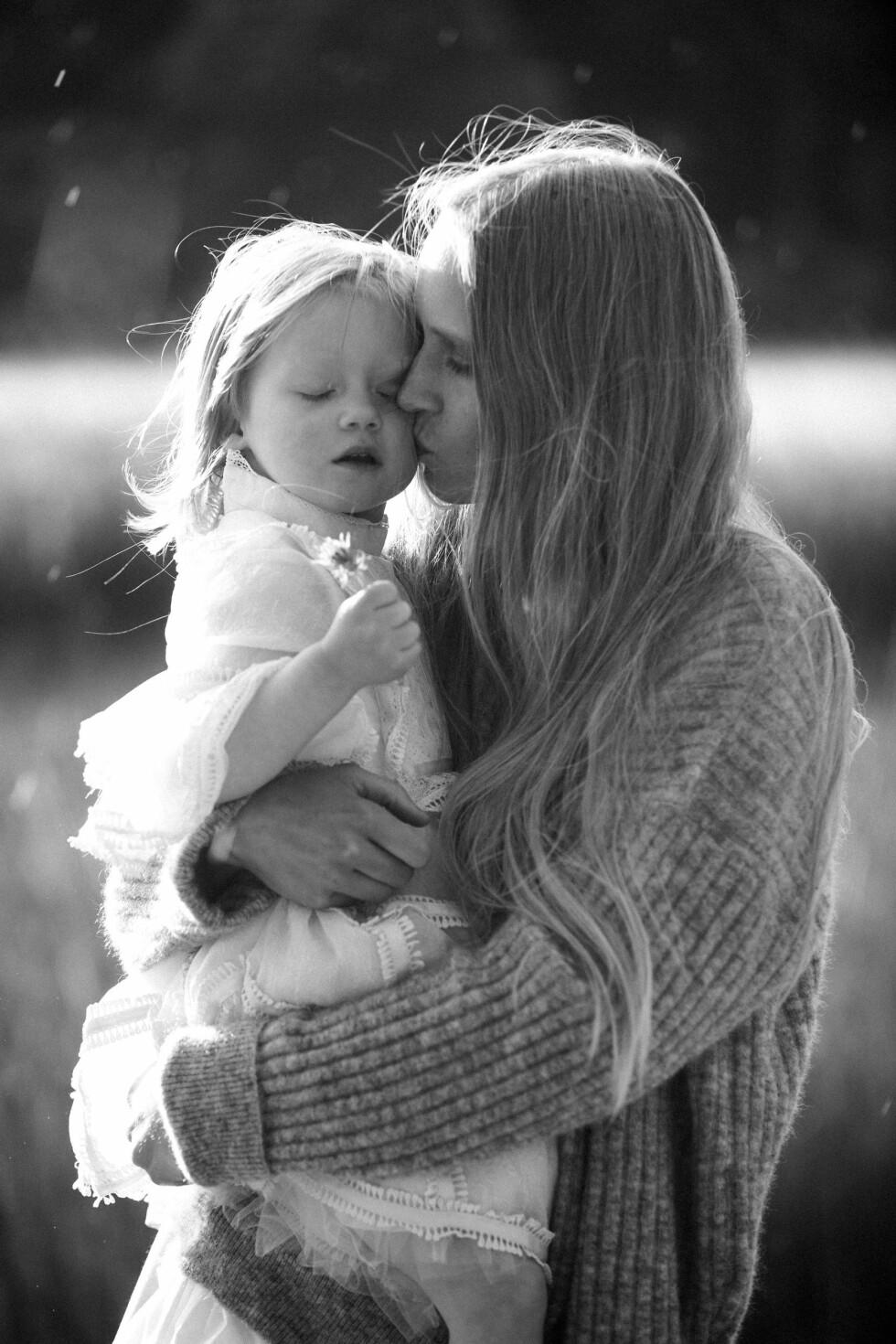 MOR OG MODELL: For tre år siden fødte Jenny Sinkaberg datteren Jona. Foto: Privat
