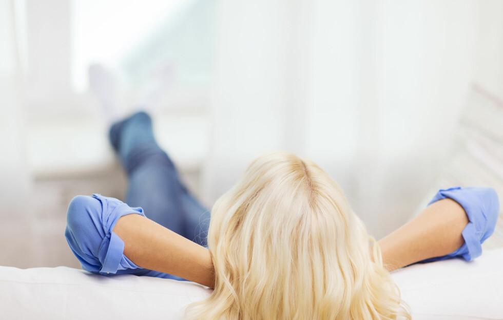 SOFAEN MOT STRESS: Å ta seg en liten blund eller pustepause på sofaen kan være bra mot stress.  Foto: Shutterstock / Syda Productions