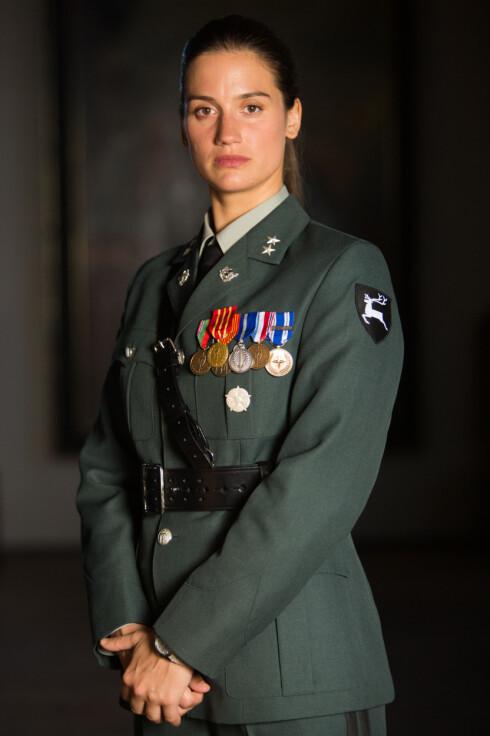 ADELLA: I TV-serien spiller Danica Curcic løytnant Adella Hanefi. Til KK.no sier Danica at hun selv ikke har erfaring fra militæret, men at hun har fått mye hjelp av kvinner med militær bakgrunn. Foto:  FOTO: Eirik Evjen // Monster Scripted
