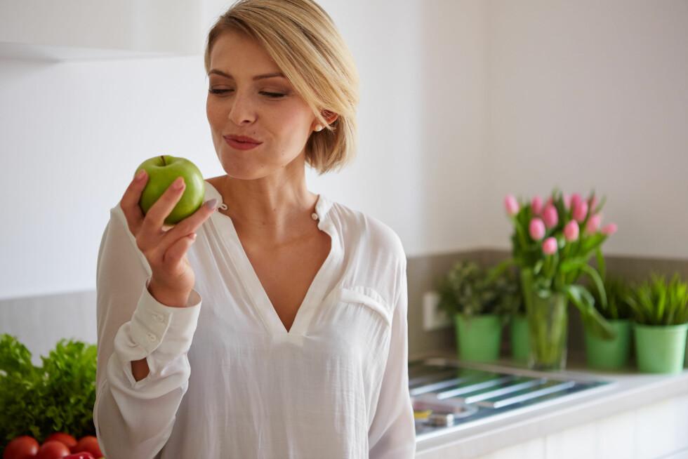 MELLOMMÅLTID: Det viser seg at å legge inn et lite mellommåltid mellom lunsj og middag gjør det lettere å spise mer passende mengder til middag. Foto: Shutterstock / 2M media