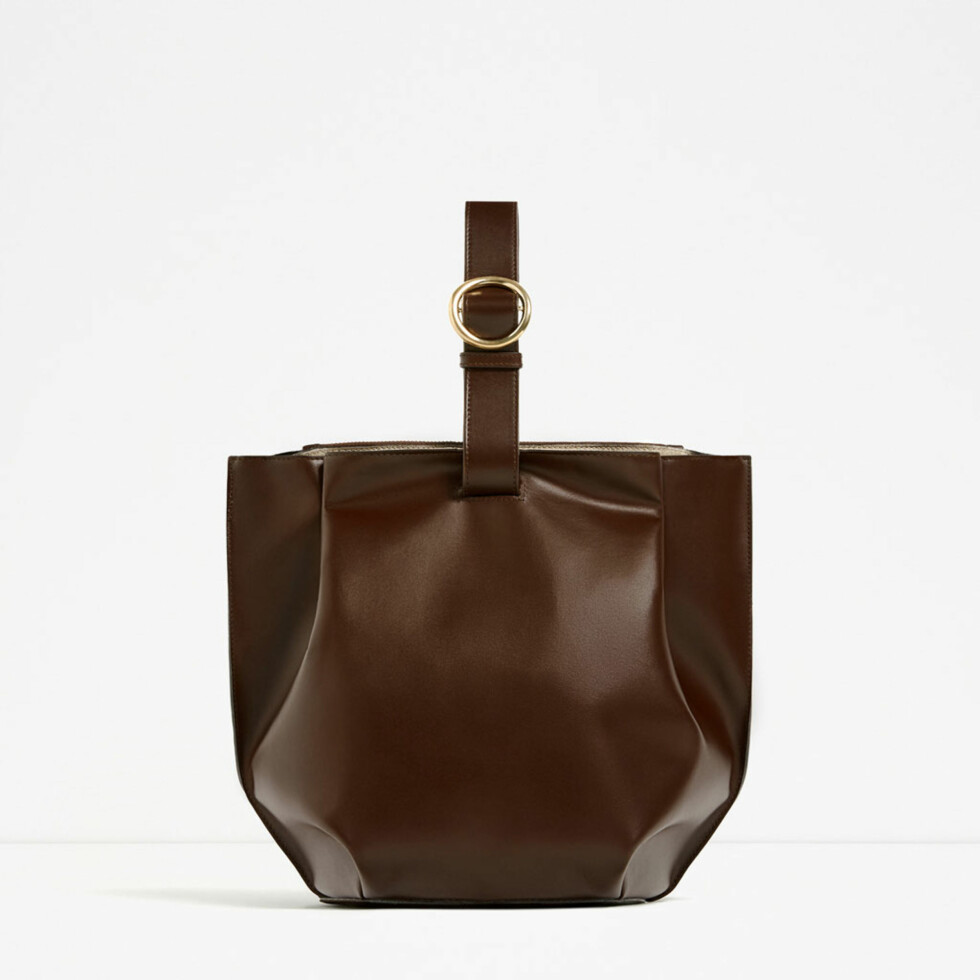 <strong>Veske fra Zara | kr 1159 | http:</strong>//www.zara.com/no/en/woman/bags/view-all/single-coloured-buckled-leather-bucket-bag-c734144p3609987.html