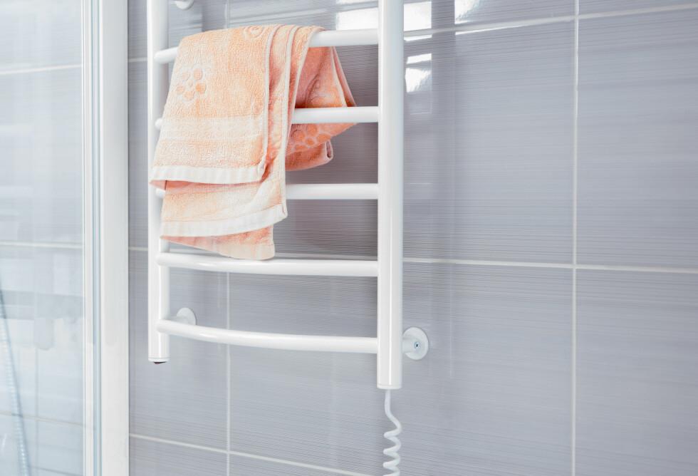 HENG OPP HÅNDKLE TIL TØRK: Er du flink til å henge opp håndkleet til tørk kan du bruke det flere ganger.  Foto: Shutterstock / Viacheslav Nikolaenko