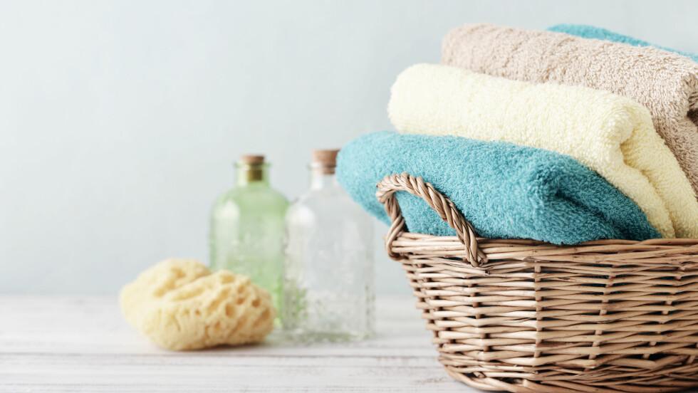 VASK AV HÅNDKLÆR: Hvor ofte vasker du egentlig håndkle etter bruk? Og vasker du det på rett temperatur? Ifølge ekspertene kan håndklærne miste sin myke tilstand om det blir overdrevet vasket.  Foto: Shutterstock / mama_mia