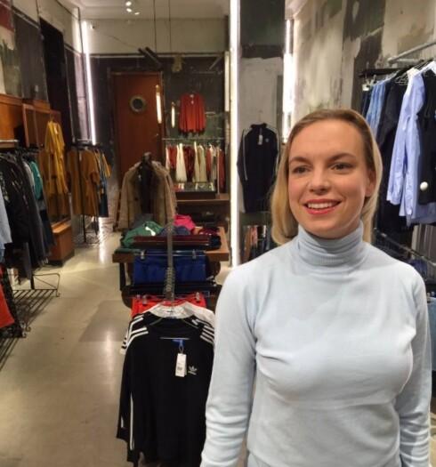 NOORA-LOOKEN: - Her er jeg med min Noora-genser og leppestift som jeg har gått med helt siden jeg begynte å se på serien! Dessverre er jeg ikke 16 år lenger, sier RUDE-innehaver Sigga til KK.no. Foto:  FOTO: Privat