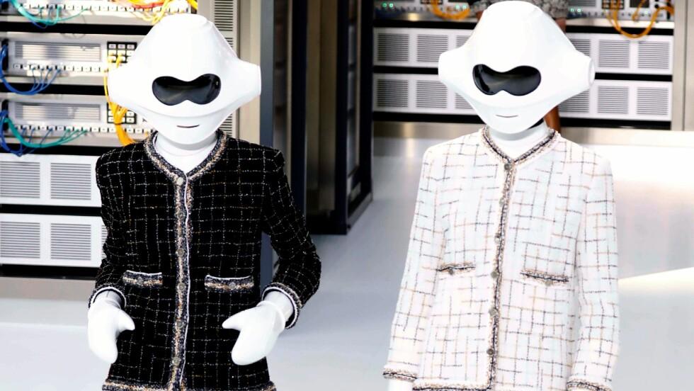 CHANEL SS17: De første modellene som gikk ned catwalken til det franske motehuset i Paris var iført robotkostymer og klassiske Chanel-drakter. Det hadde vi ikke sett komme! Foto: Afp