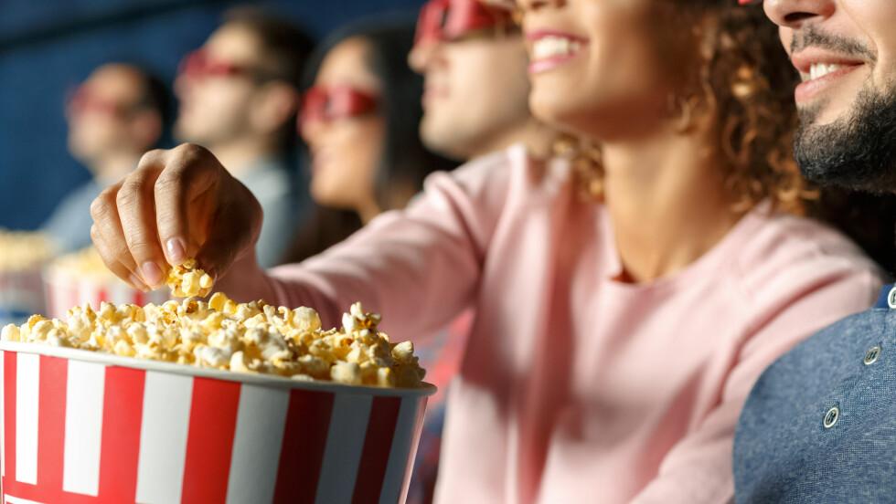 SPISE POPCORN PÅ KINO: Dersom du kaster i deg et stort beger popcorn som fås kjøpt på kino får du i deg cirka 1000 kalorier.  Foto: Shutterstock / Nestor Rizhniak