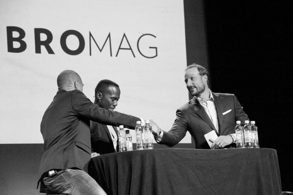 GOD STEMNING: Kronprins Haakon, Fredrik Mosis og Yvan Bayisabe (to av grunnleggerne bak magasinet) lagde god stemning på Parkteateret under lanseringsfesten av ungdomsmagasinet VIBRO. Foto:  FOTO: Malini Gaare Bjørnstad // KK.no