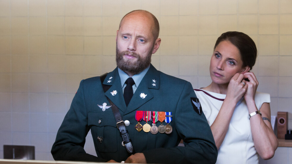 NOBEL: I serien møter vi blant andre løytnant Erling Riiser (Aksel Hennie) og hans kone Johanne Riiser (Tuva Novotny). Foto: Eirik Evjen for Monster Scripted // NRK