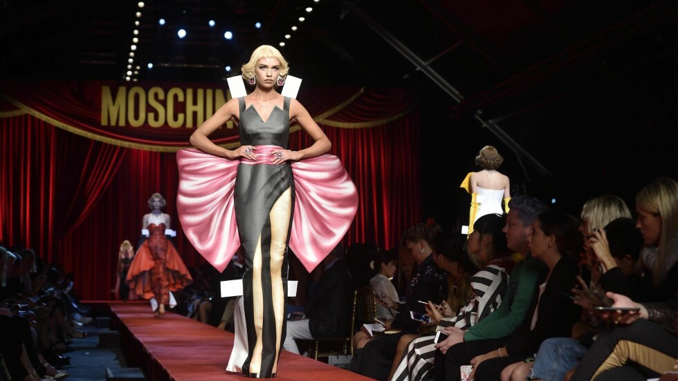 MOSCHINO: Modellene ble sendt ut som papirdukker under Moschinos visning for våren 2017. Foto: Epa