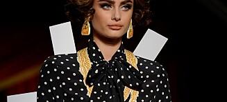 Moschino-designer Jeremy Scott kledde opp modellene som papirdukker