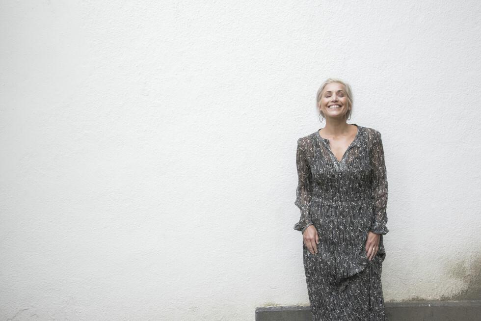 SMIL: Tina lærte seg tidlig at dagen ble bedre med et smil om munnen, og det er hun takknemlig for i dag. Foto: Rickard L Eriksson
