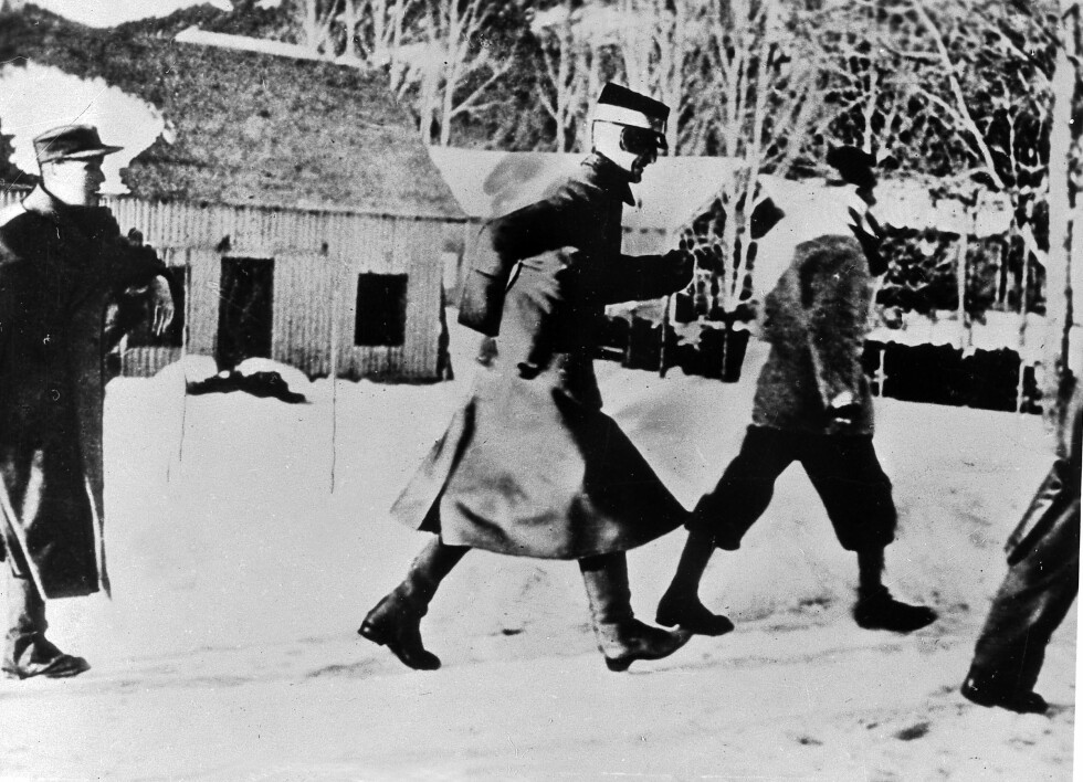 ORIGINALEN: Kongen og kronprinsen (t.v.) fotografert på flukt i forbindelse med et tysk flyangrep mot Nybergsund 11. april 1940.  Foto: NTB Scanpix