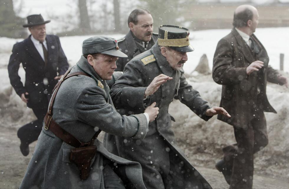FILMEN: Kong Haakon (spilt av Jesper Christensen) og kronprins Olav (spilt av Anders Baasmo Christiansen) i den samme fluktscenen portrettert i «Kongens nei». Foto: Filmweb