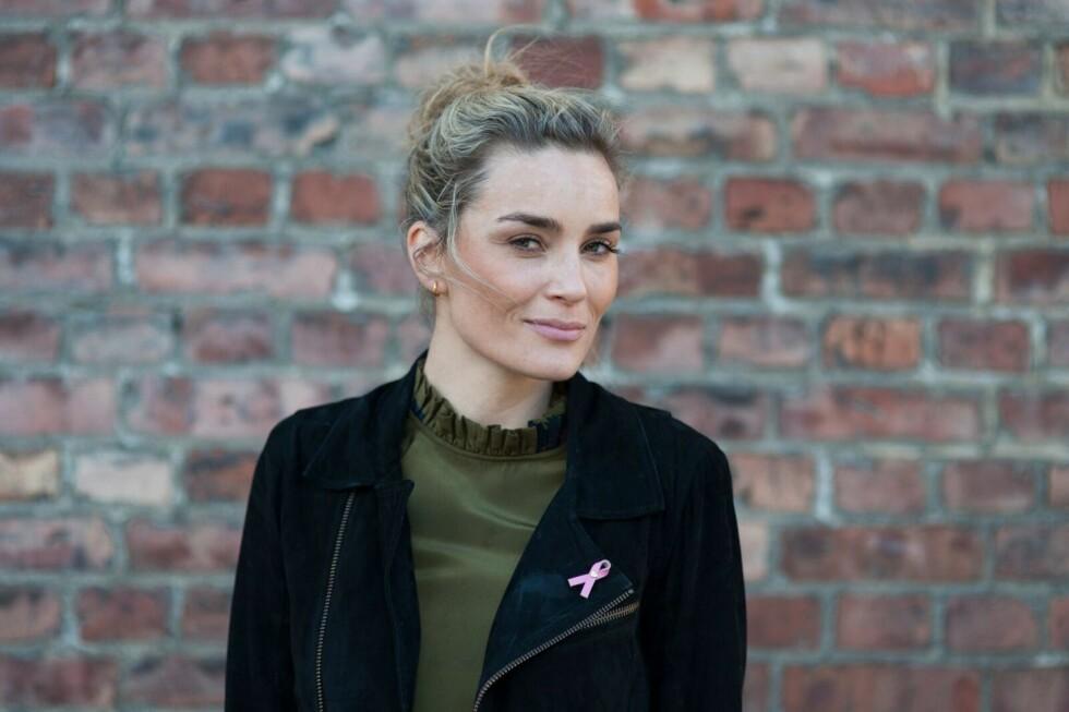 CAMILLA PIHL FOR BRYSKREFTSAKEN: Det er blogger Camilla Pihl som har designet årets Rosa Sløyfe-pin (som hun har på) til inntekt for brystkreftsaken. Den (og den rosa tasselen hun har laget) er laget i 100 prosent skinn.  Foto: Jon M. Sandbu