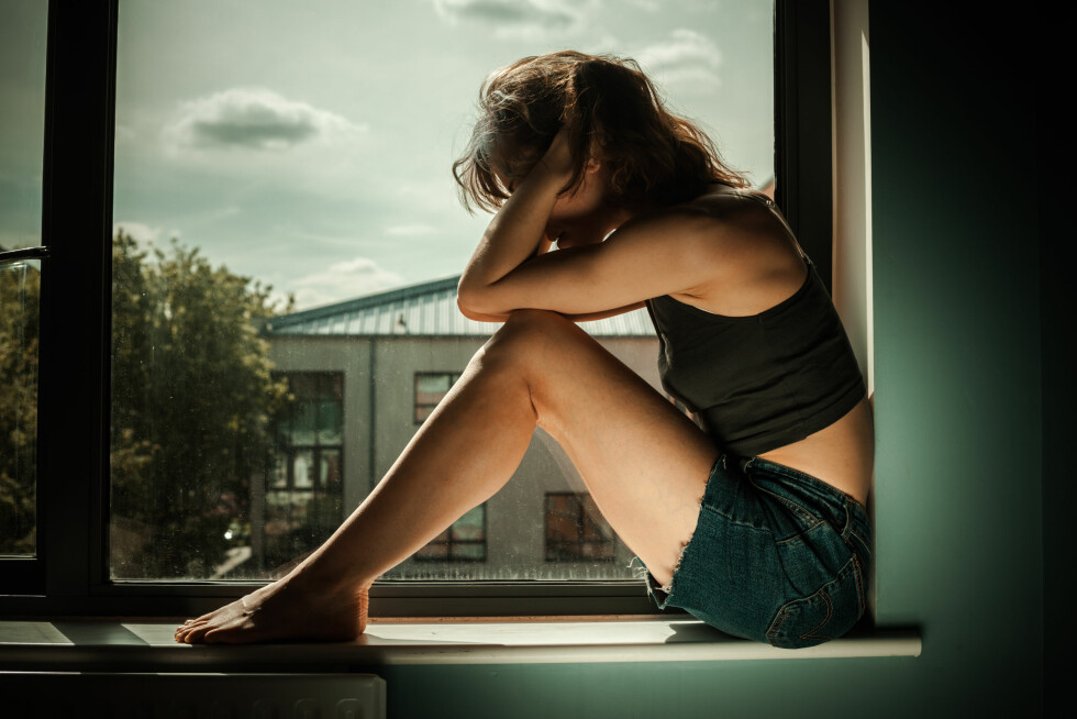 FARLIG: Ekspertene er enig i at sosial isolasjon kan være farlig. Heldigvis finnes det hjelp å få. Foto: Shutterstock / Lolostock