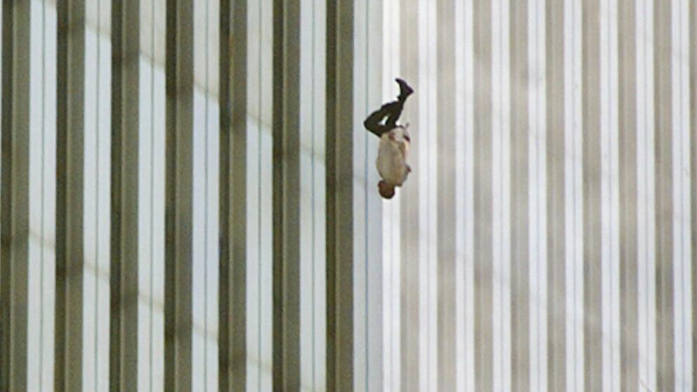 THE FALLING MAN: Klokken 9:41:15 tirsdag morgen (amerikansk tid) ble dette bildet av en ukjent ansatt ved World Trade Center i New York tatt av Associated Press-fotograf Richard Drew. Foto: NTB Scanpix