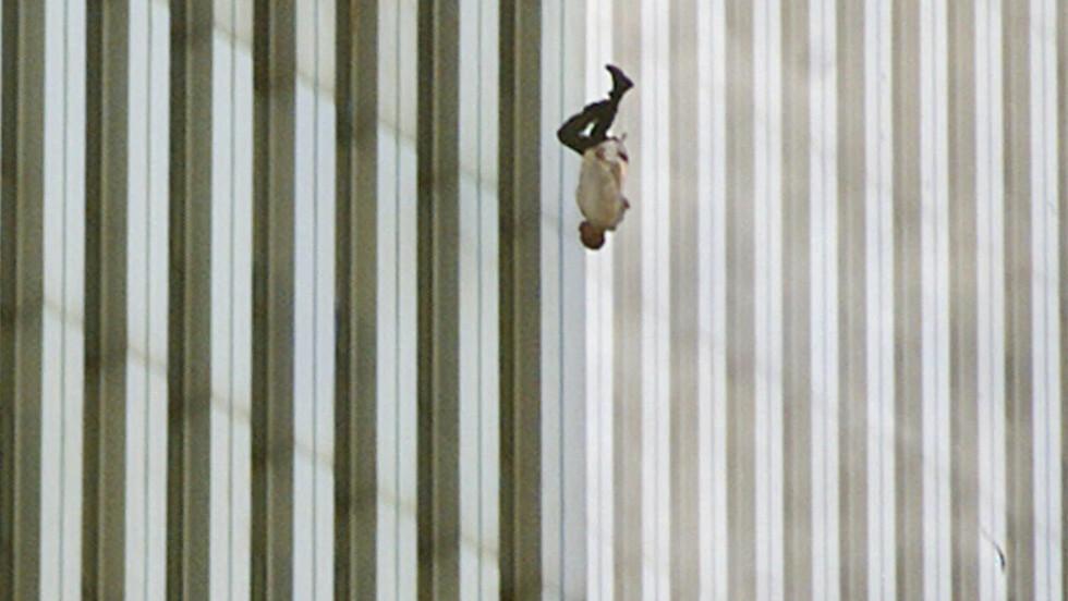 <strong>THE FALLING MAN:</strong> Klokken 9:41:15 tirsdag morgen (amerikansk tid) ble dette bildet av en ukjent ansatt ved World Trade Center i New York tatt av Associated Press-fotograf Richard Drew. Foto: NTB Scanpix