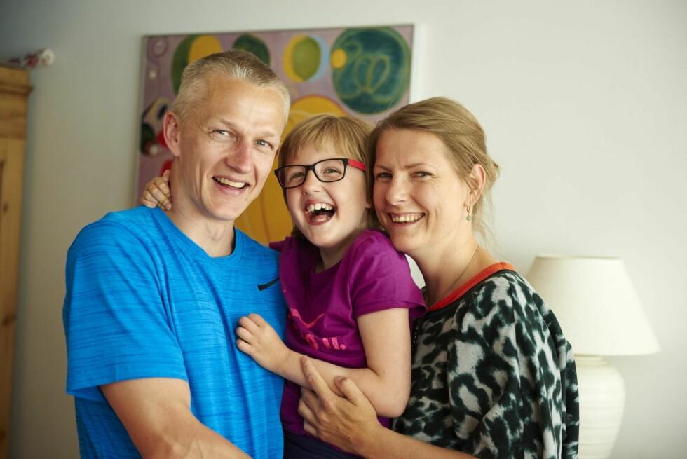 SMIL TIL FOTOGRAFEN: Klara har kommet en lang vei siden foreldrene Johnny og Kirsten fikk legenes dystre framtidsdom. Foto: Søren Lamberth/Familiejournal/All Over Press