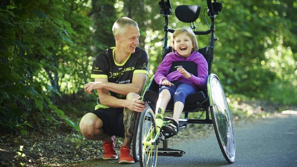 LYSER AV GLEDE: Klara kan nesten ikke vente når pappa Johnny setter henne i løperullestolen for en løpetur sammen. Foto: Søren Lamberth/Familiejournal/All Over Press