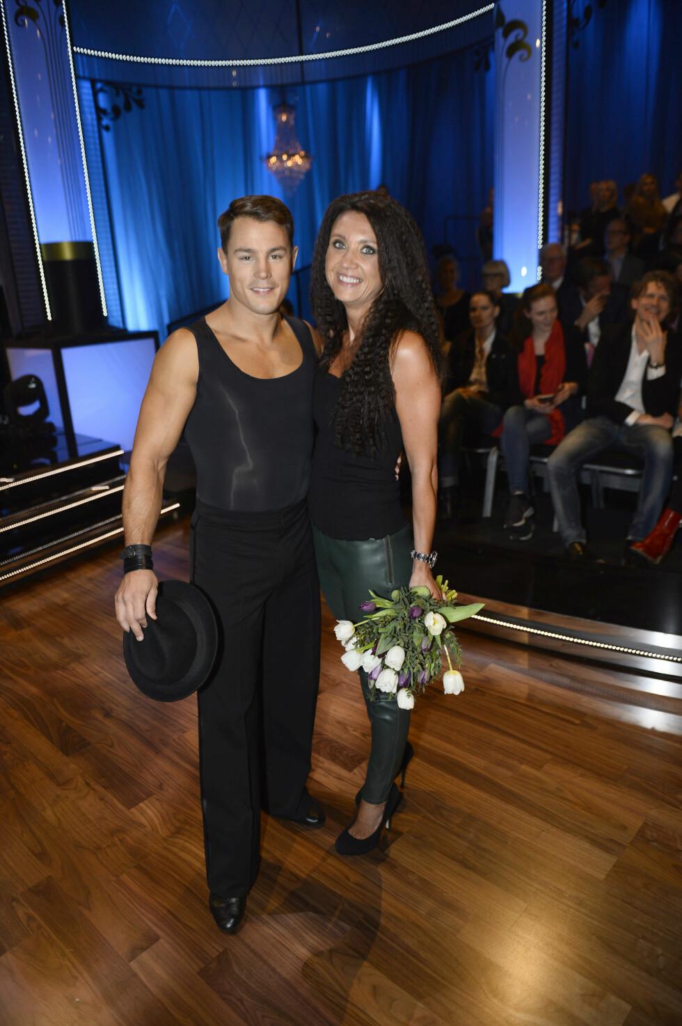 SKAL VI DANSE: Camilla var på plass og heiet på Simon da han deltok i svenske «Skal vi danse» i fjor.   Foto: Privat