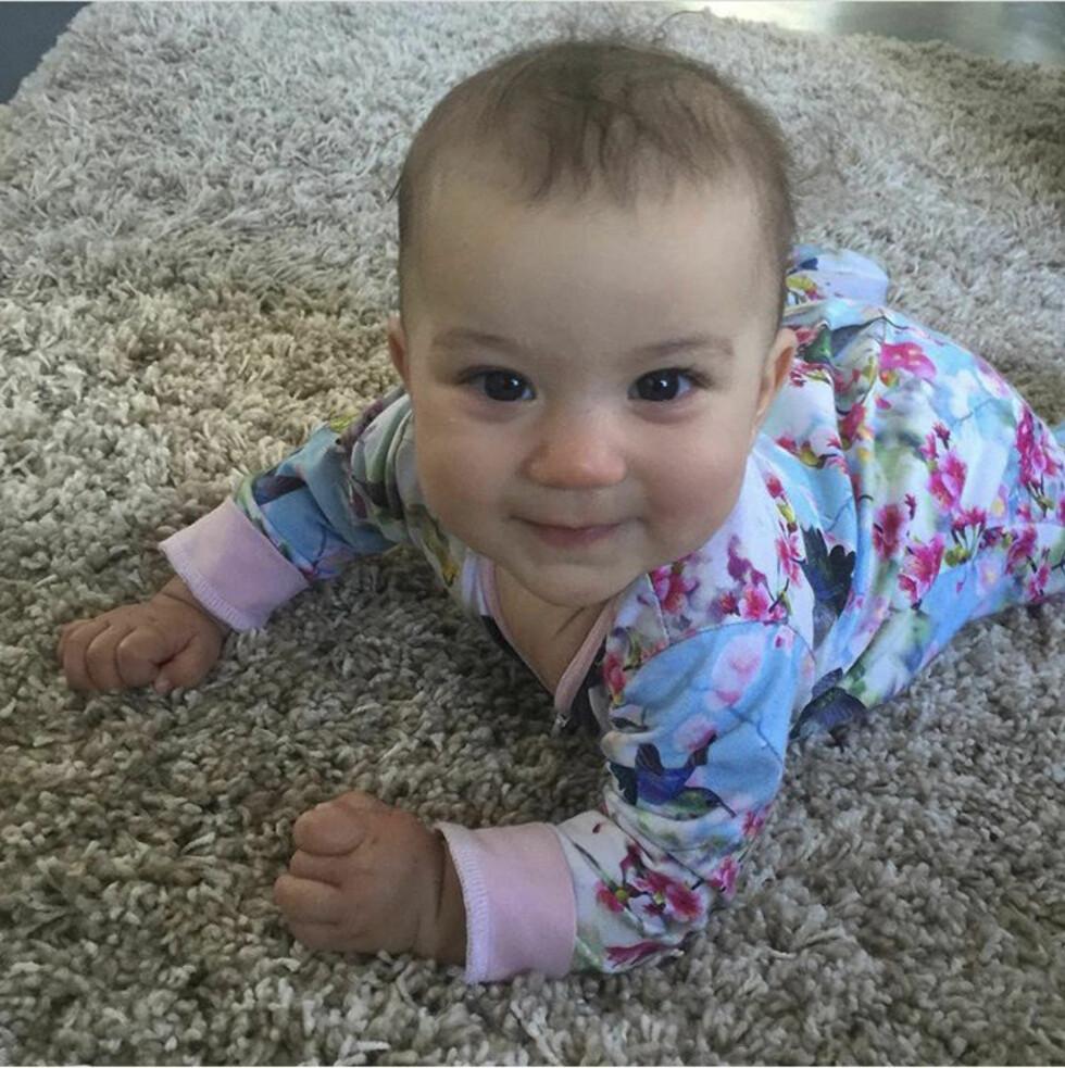 GLAD BABY: Lille Polly. «Lykken er å komme hjem til verdens gladeste baby», skrev Camilla på Instagram nylig, etter å ha vært påkjærestetur til London med Simon.   Foto: Privat