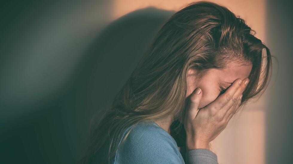 SORG: Sorg er vanskelig for mange, men hvordan skal vi egentlig forholde oss til en som sørger? Ifølge ekspertene bør vi vise initiativ og vise tydelig at vi bryr oss. Foto: Shutterstock / Marjan Apostolovic