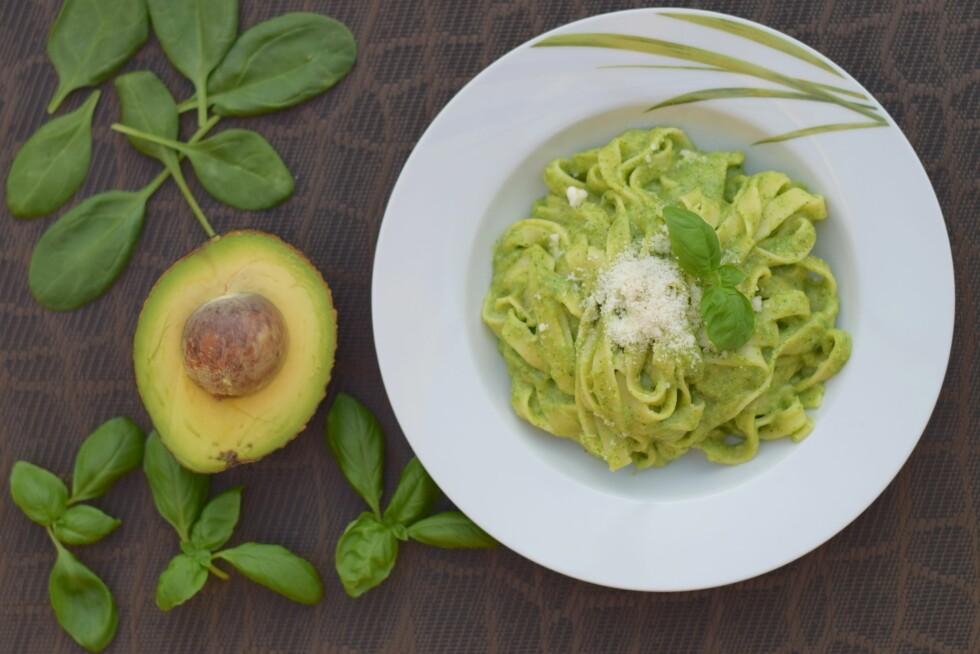 GRØNT OG SUNT: Du kan faktisk få en kremete pastarett helt uten fløte og ost, hemmeligheten er avokado. Foto: Shutterstock / Amallia Eka