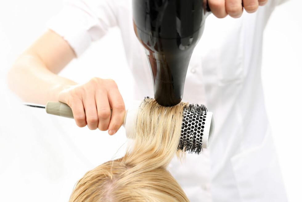 FØN DEG TIL VOLUM: - For maksimalt volum bør du passe på at du får fønet håret rett opp fra hodebunnen, forteller Siri Myhre til KK.no.  Foto: Shutterstock / Robert Przybysz