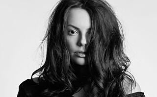- Noen sliter med å få volum i håret på grunn av feil bruk av produkter og feil valg av frisyre