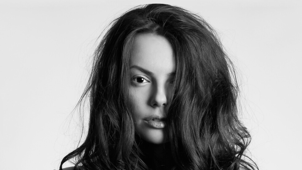 VOLUM: Flere nordiske jenter sliter med å få volum i håret. Siri Myhre, artistic stylist og eier Kutt Frisør på Grünerløkka i Oslo, gir deg sine beste tips for å skape liv i et flatt hår.  Foto: Shutterstock / photoagent