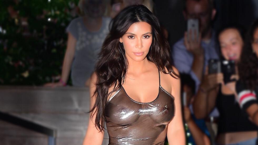 AVSLØRENDE: Kim Kardashian på vei til ektemannen Kanye West sin konsert i New York. Denne uka er det New York Fashion Week og Kardashian kommer nok til å være å se på flere visninger. Blant annet skal Kanye West ha visning av sin nye kolleksjon.  Foto: Splash News