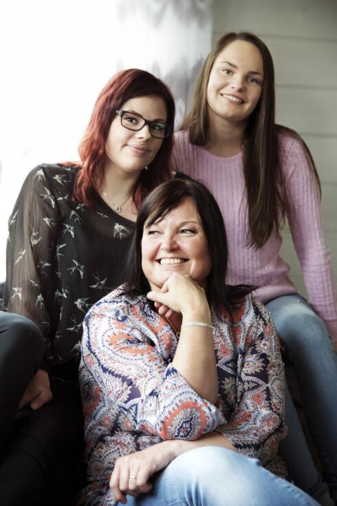 NY FAMILIE: Døtrene Elin (24) og Camilla (19) var en ekstra motivasjon da Kristin valgte å kontakte sine biologiske søsken. -Vi gikk fra å ha ett søskenbarn på pappa sin side til å plutselig få 12 nye på mamma sin - og tanter og onkler i fleng. De har tatt så godt imot oss, det føles som familie, sier Elin.  Foto: Cathrine Dillner Hagen