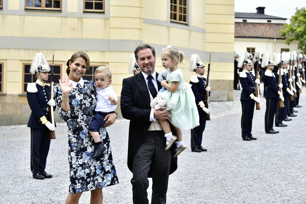 FIRERBANDE: Prinsesse Madeleine, prins Nicolas, Christopher O'Neill og prinsesse Leonore hilser på folket etter dåpen.  Foto: NTB Scanpix