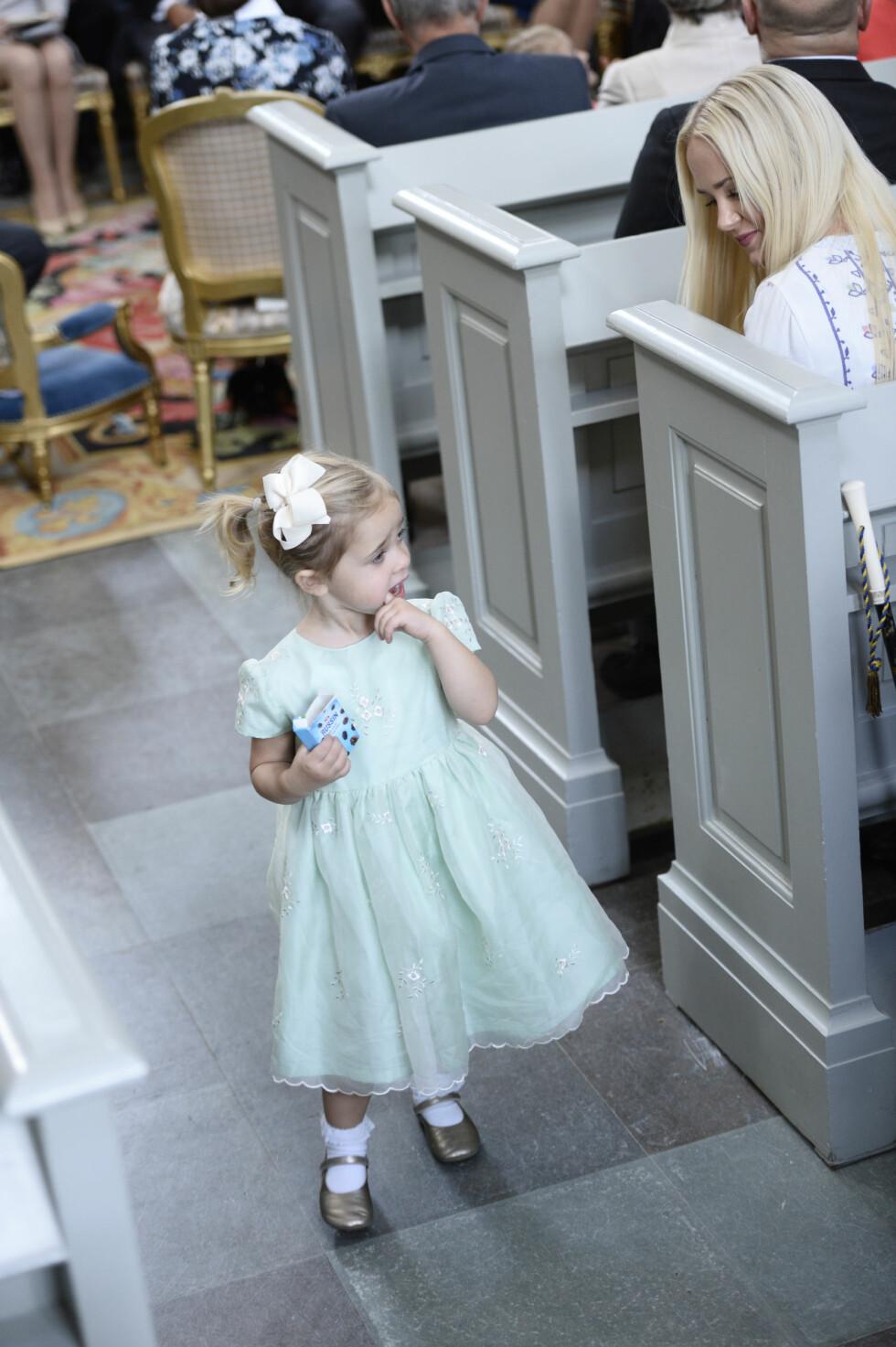 SØTNOS: Prinsesse Leonore (4) ble litt utålmodig under seremonien, og tok seg en liten spasertur rundt i Drottningholms slottskyrka for å hilse på gjestene. Foto: NTB Scanpix